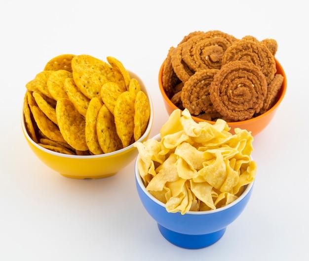 Indian street snack food op wit ¡ Premium Foto