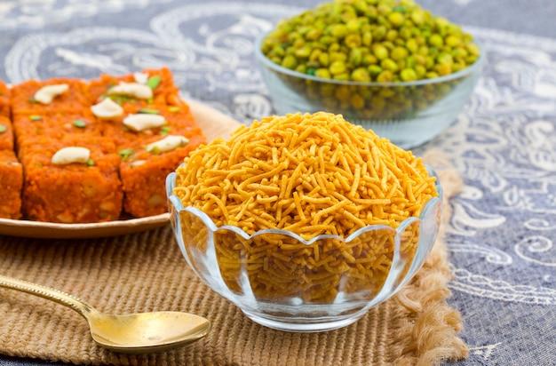 Indian traditional namkeen food bikaneri sev Premium Foto