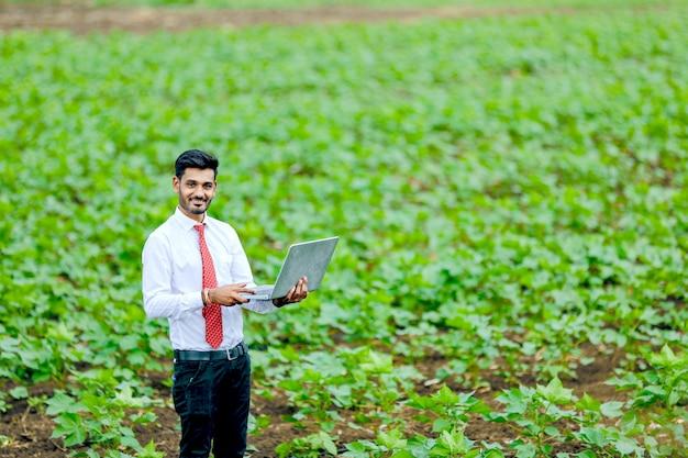 Indiase agronoom met boer op katoenveld Premium Foto