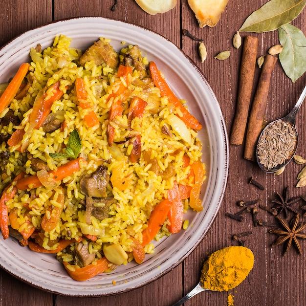 Indiase biryani met kip en kruiden Premium Foto