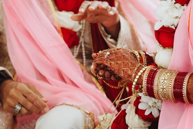 Indiase bruid en bruidegom handen op traditionele huwelijksceremonie Gratis Foto