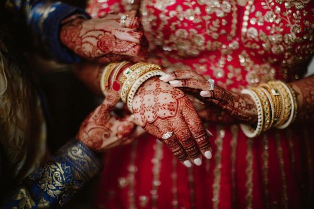 Indiase bruid kleedt traditionele sieraden voor huwelijksceremonie Gratis Foto