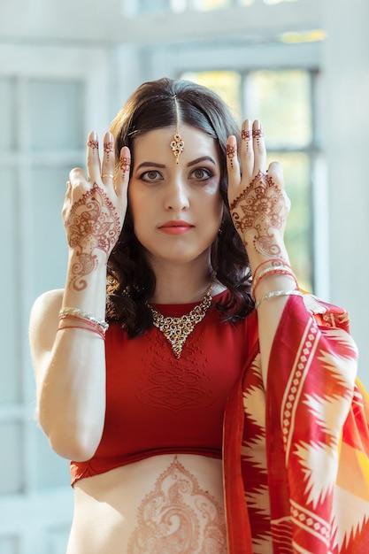 Indiase foto op handen van de vrouw, mehendi traditie decoratie Gratis Foto
