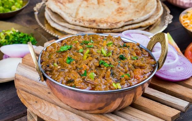 Indiase keuken sev tamatar Premium Foto
