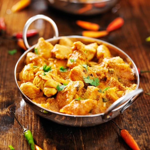 Indiase kipcurry in een balti-gerecht Premium Foto