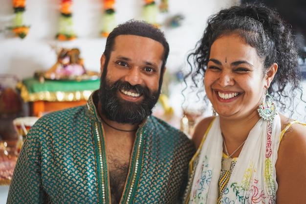 Indiase man en vrouw glimlachen - portret van gelukkig zuidelijk aziatisch paar - liefde, etnisch en india's cultuurconcept Premium Foto