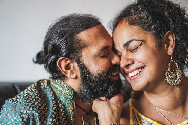 Indiase man en vrouw met tedere momenten - portret van gelukkig zuidelijk aziatisch paar - liefde, etnisch en india's cultuurconcept Premium Foto