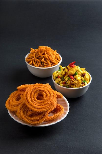 Indiase snack: chakli, chakali of murukku en besan (grammeel) sev en chivada of chiwada. diwali eten Premium Foto