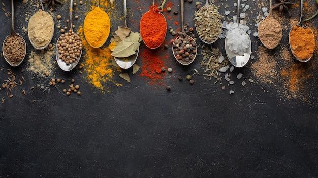 Indiase specerijen met kopie-ruimte boven weergave Gratis Foto