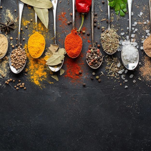 Indiase specerijen met kopie-ruimte plat Gratis Foto