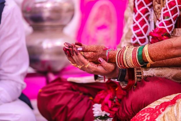 Indiase traditionele bruiloft: bruidegom en bruid hand Premium Foto
