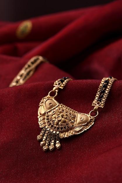 Indiase traditionele sieraden op zachte doek Premium Foto