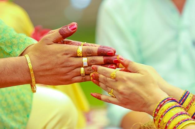 Indiase trouwreportages, haldi ceremonie bruidegom handen Premium Foto