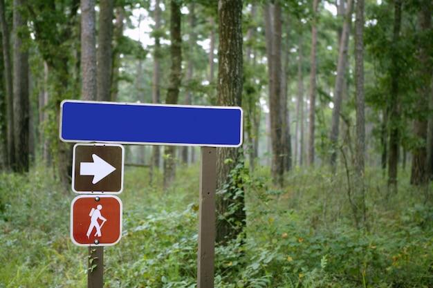 Indicatief teken in het bos Premium Foto