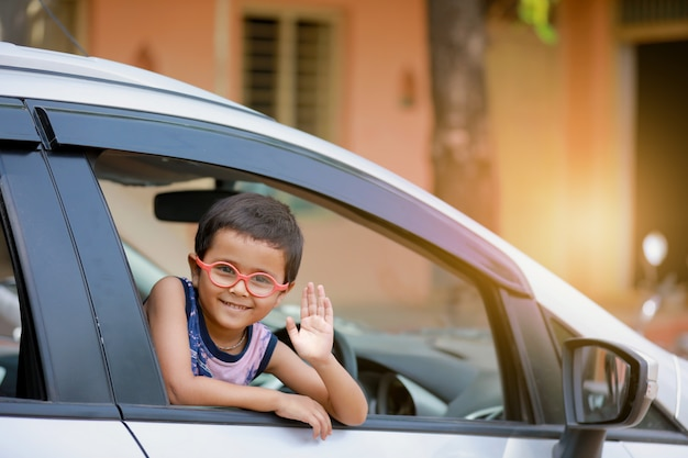 Indisch kind in auto Premium Foto