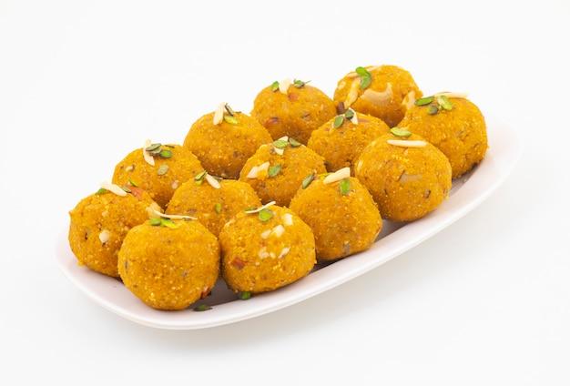 Indisch traditioneel de winter zoet voedsel methi laddu Premium Foto