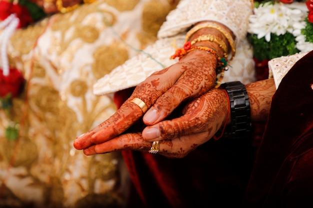 Indische huwelijksfotografie, bruidegom en bruidhanden Premium Foto