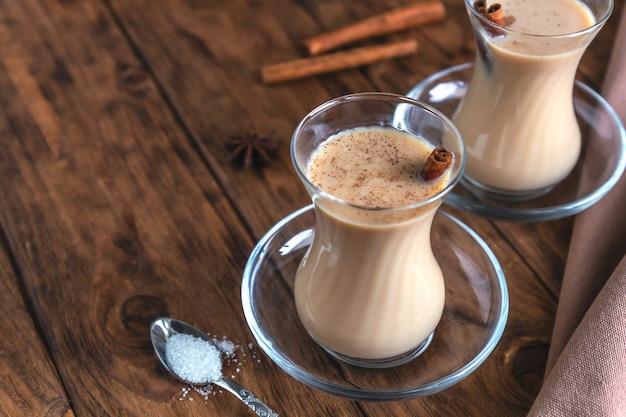 Indische masalathee met kruiden Premium Foto