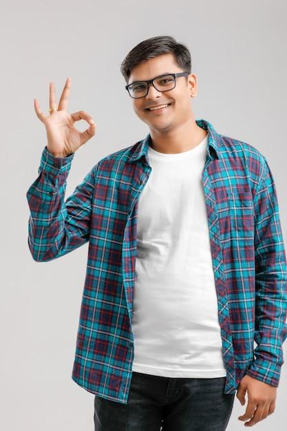 Indische mens die geïsoleerd gebaar met hand toont ,. Premium Foto