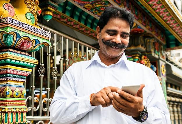 Indische mensen die mobiele telefoon gebruiken Premium Foto