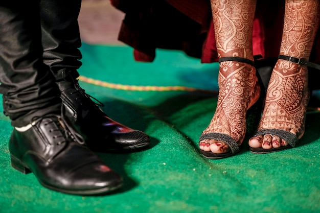 Indische paarclose-upvangst van de schoenen van de huwelijksontvangst Premium Foto