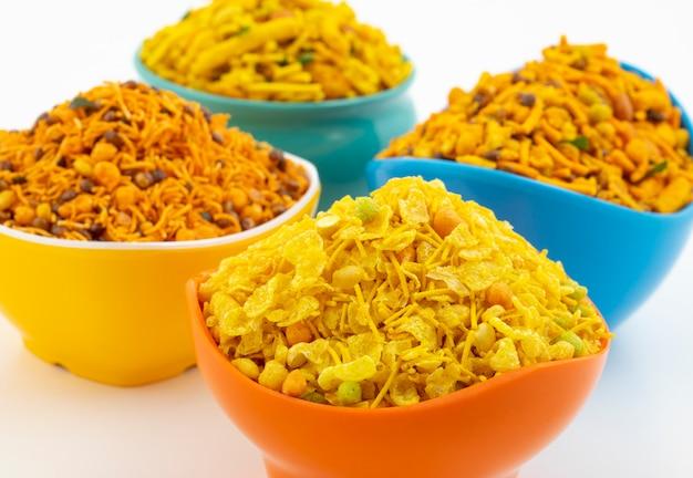 Indische traditionele namkeen-voedselinzameling op wit Premium Foto