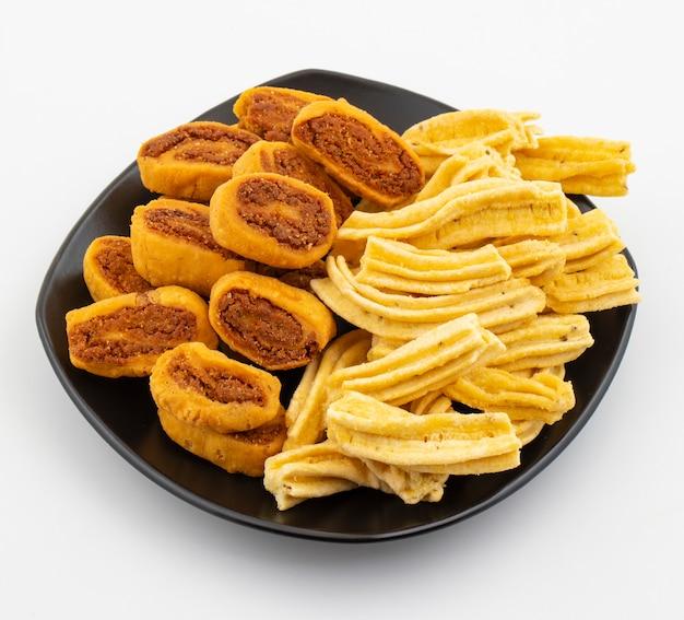 Indische traditionele pittige snack ghatiya met bhakarwadi Premium Foto