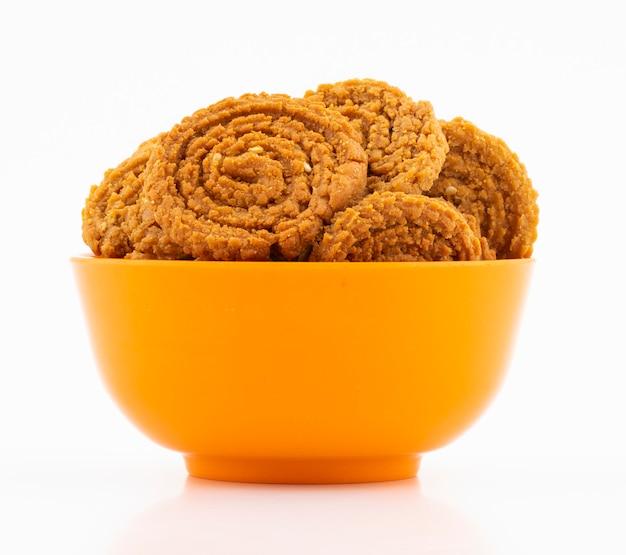 Indische traditionele snackchakli Premium Foto