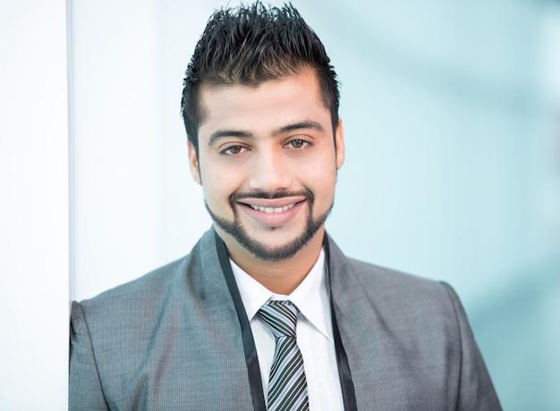 Indische zakenman die zich op bureau bevindt. Premium Foto