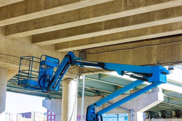 Industrieel werk hydraulisch hefplatform met bak van bouwvoertuig, zware industrie Premium Foto