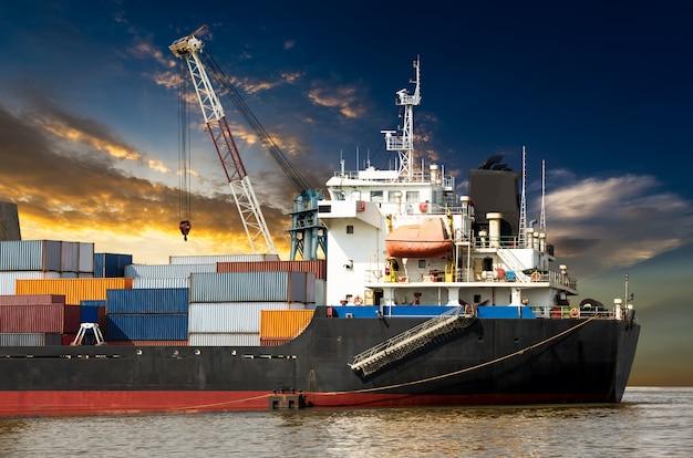 Industriële container in oceaanschip Premium Foto