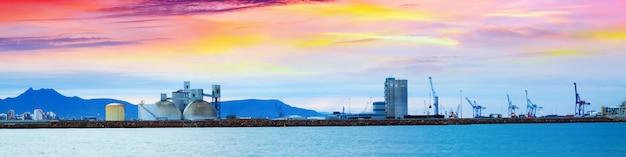 Industriële haven in castellon de la plana in dageraad. spanje Gratis Foto