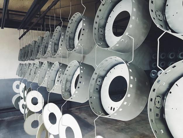Industriële transportband in de fabriek voor metalen onderdelen. voorbehandeling van het oppervlak van delen en verfdelen met poederverf. Premium Foto