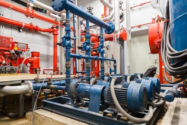 Industriële waterpomp en waterpijpen. Premium Foto