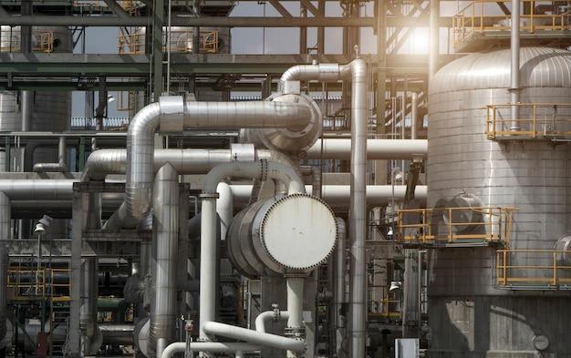 Industriële weergave op olie raffinaderij plant vorm industriezone Premium Foto