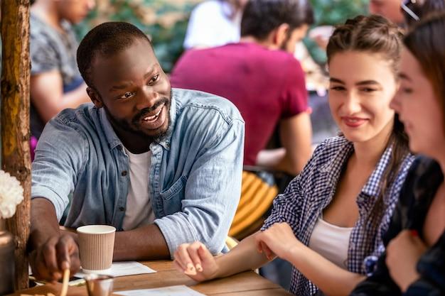Informeel gesprek met beste vrienden in een gezellig restaurant op een warme zomerdag Gratis Foto