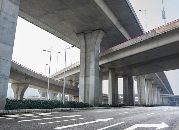Infrastructuur onder een brug Gratis Foto