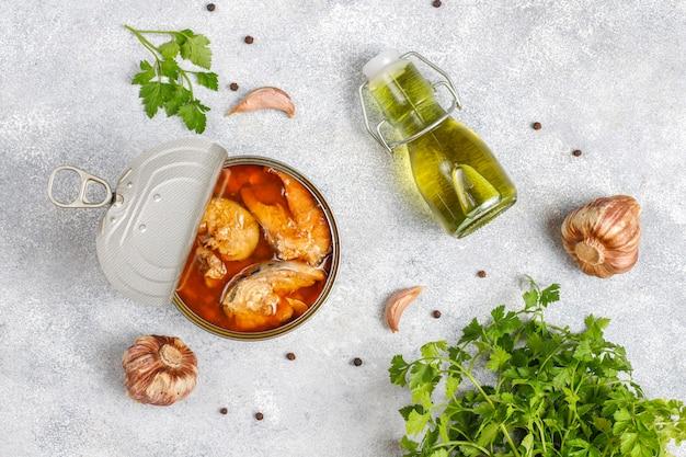 Ingeblikte vis in blikjes: zalm, tonijn, makreel en sprot. Gratis Foto
