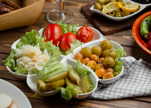 Ingelegde plaat van komkommer, tomaat, kool, greengage, mini-appels Gratis Foto