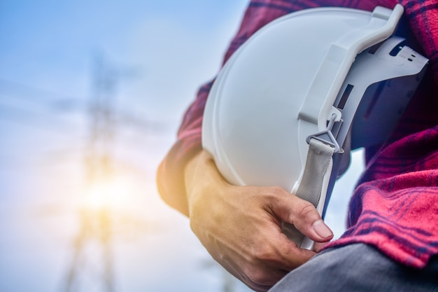 Ingenieur die bouwvakker persoon manager service hoogspannings elektriciteitscentrale achtergrond Premium Foto