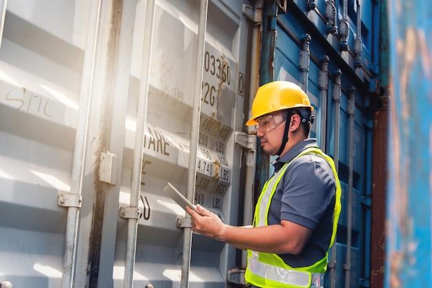 Ingenieur inspecteert container. bedrijfslogistiek concept, import en export concept Premium Foto