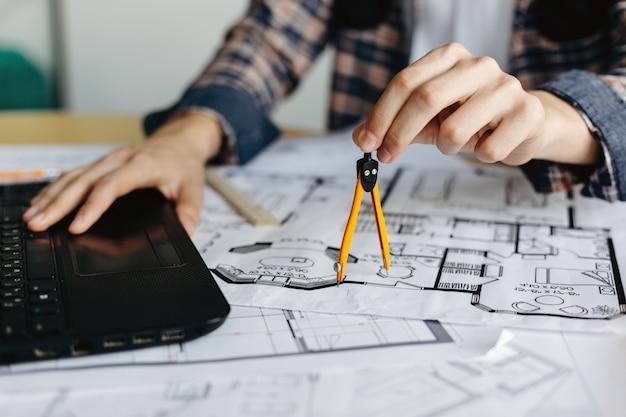 Ingenieur meet het kompas van de tekening Premium Foto