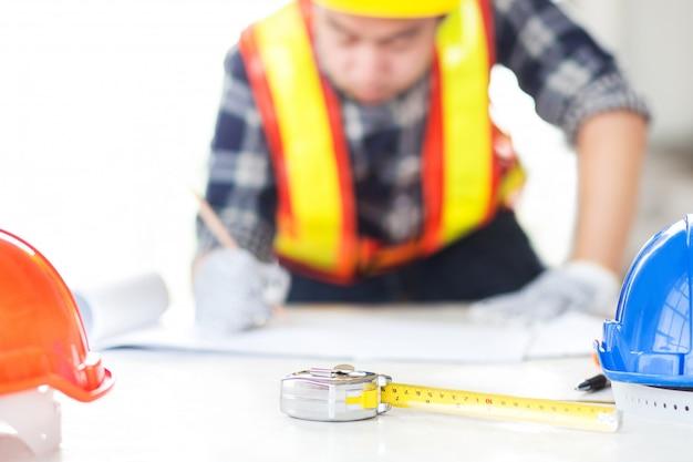 Ingenieur schets een bouwplan op tekenpapier Premium Foto