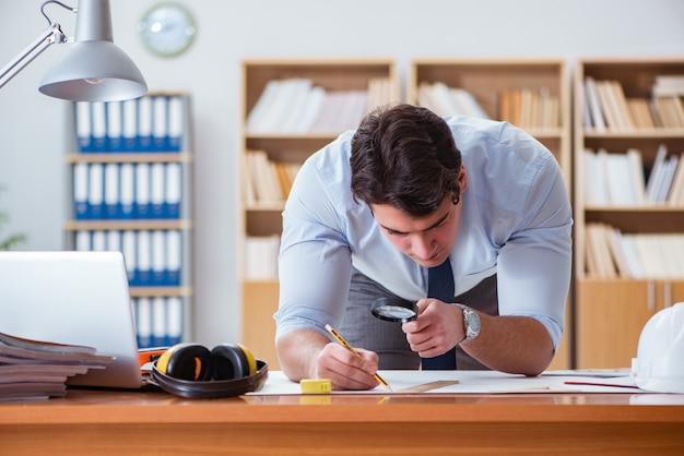 Ingenieur supervisor werkt aan tekeningen op kantoor Premium Foto