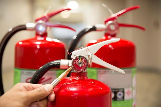 Ingenieurs controleren brandblussers. Premium Foto