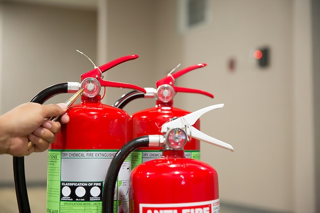 Ingenieurs controleren brandblussers Premium Foto