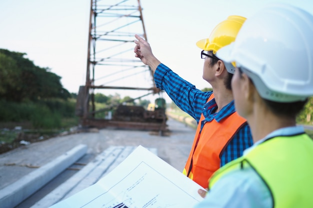 Ingenieurs en aannemers bespreken de bouwplannen van het huis. Premium Foto