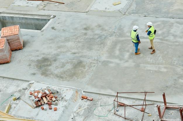 Ingenieurs staan op de bouwplaats Premium Foto