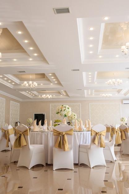 Ingerichte bruiloftszaal in klassieke stijl. Premium Foto