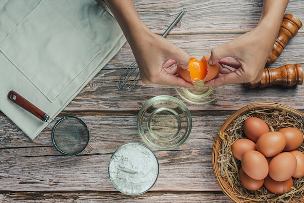 Ingrediënt voor bakken: bloem, ei, melk en deegroller, bovenaanzicht Gratis Foto